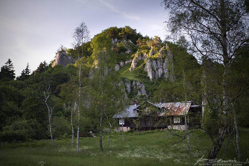 Ojców. Dom u podnóża wzgórka skąpanego w czerwcowym słońcu. Wycinając z opisu poezję, to dom... po prostu dom.